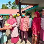 DWP Kementerian Agama Kabupaten Tanah Datar dan DWP Kecamatan Sungayang Serahkan Paket Senilai Rp . 18.495.000